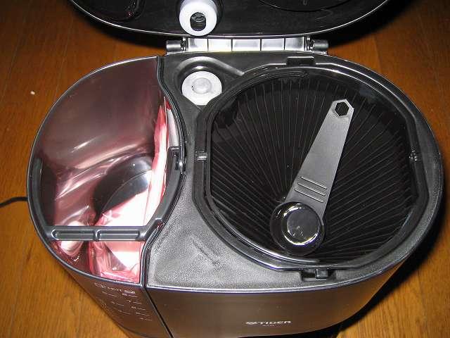 TIGER コーヒーメーカー 真空ステンレスサーバータイプ カフェブラック 8杯用 ACW-S080-KQ コーヒーメーカー本体フタを開けると容器内に付属品あり