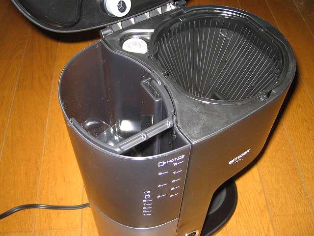 TIGER コーヒーメーカー 真空ステンレスサーバータイプ カフェブラック 8杯用 ACW-S080-KQ 水タンクへの水補給はピッチャーを使ったほうが楽