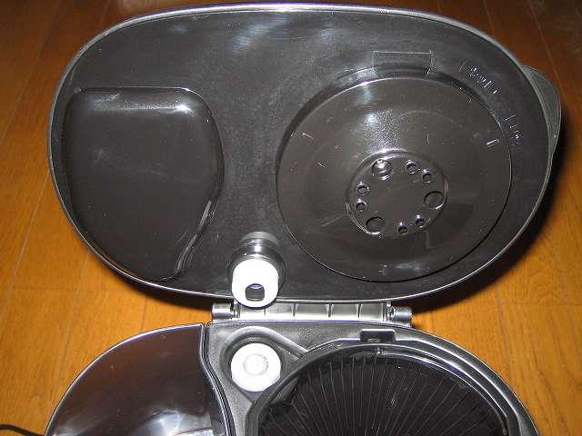TIGER コーヒーメーカー 真空ステンレスサーバータイプ カフェブラック 8杯用 ACW-S080-KQ 穴が開いている丸い形状が散水板