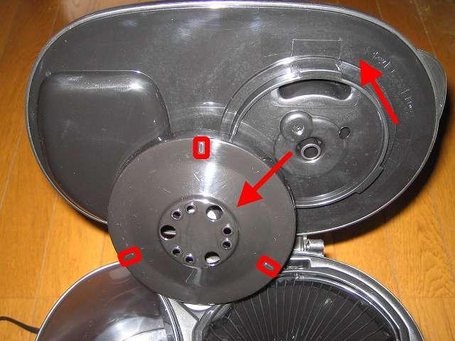 TIGER コーヒーメーカー 真空ステンレスサーバータイプ カフェブラック 8杯用 ACW-S080-KQ 散水板を取り外したところ、散水板 3ヶ所のマークのうち 1つのマークを基準にしてフタ裏マークに合わせて取り付ける