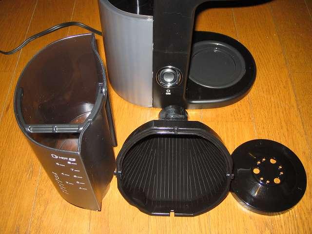 TIGER コーヒーメーカー 真空ステンレスサーバータイプ カフェブラック 8杯用 ACW-S080-KQ 画像左側から「水タンク」、「フィルター」、「散水板」、コーヒードリップ後、都度洗う部品、はじめて使用する場合、先に水洗いする