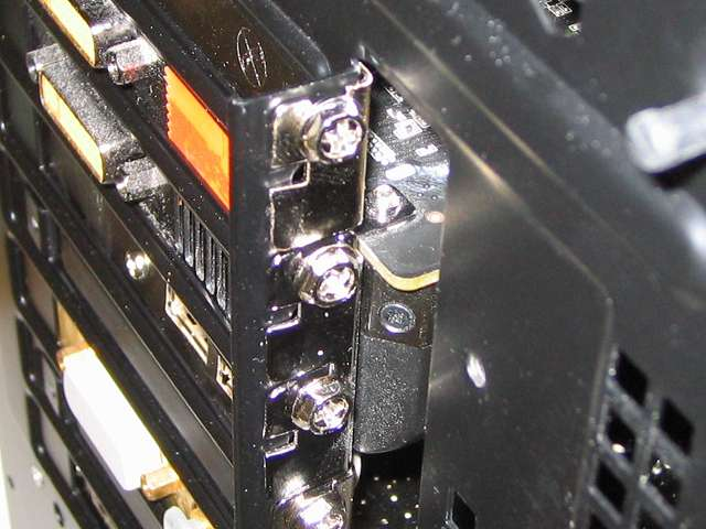 拡張スロットに取り付けたネットワークカード Intel Gigabit CT Desktop Adapter EXPI9301CT と ビデオカード ZOTAC GeForce GTX 570 ZT-50203-10M をネジ締め