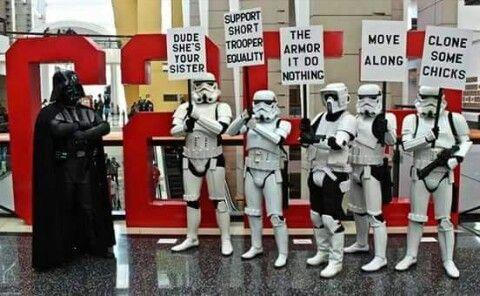 ストームトゥルーパーたちがプラカードを持って抗議