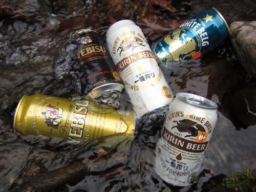 川でビールを冷やす