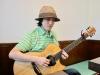 ギターを演奏するクボタアツシさん