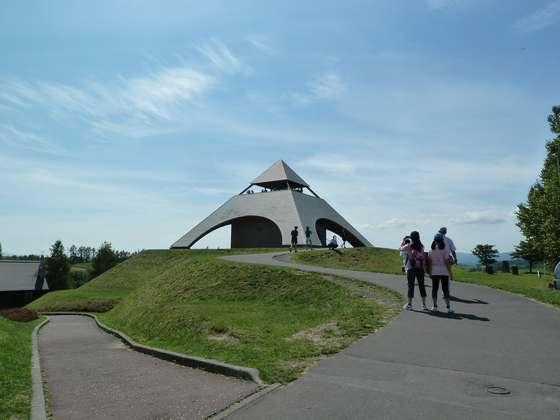 三角形の形をした展望台が特徴的な北西の丘展望公園