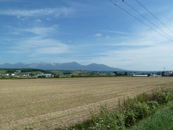 上富良野町内から十勝連峰の山々を見渡す