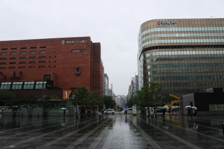 JR博多駅博多口からはかた駅前通りを望む