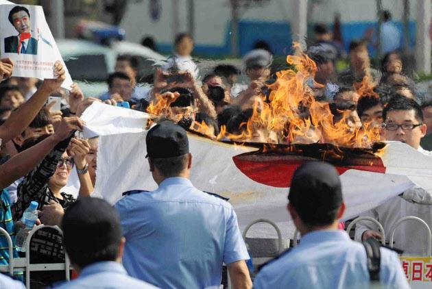 反日活動,日本国旗燃やす