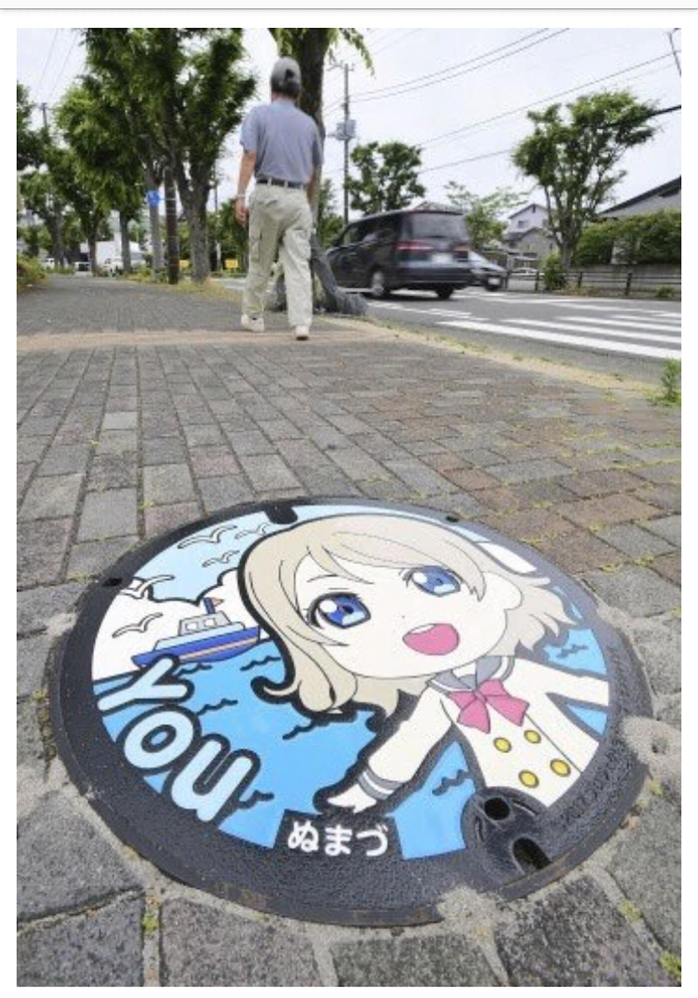 人気アニメ「ラブライブ!サンシャイン!!」のキャラクターが描かれたマンホールの画像