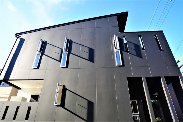 滋賀県 大津市 湖城が丘 高低差のある土地 ルーフバルコニー 2階リビング 勾配天井 モダン デザインの家