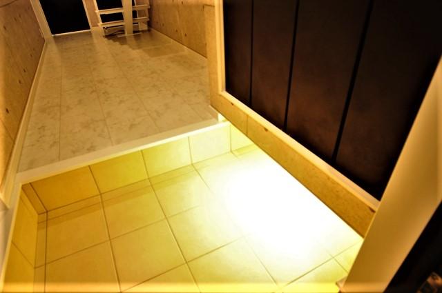 滋賀県 大津市 ルーフバルコニー おしゃれ かっこいい デザイン 注文住宅 玄関 関節照明