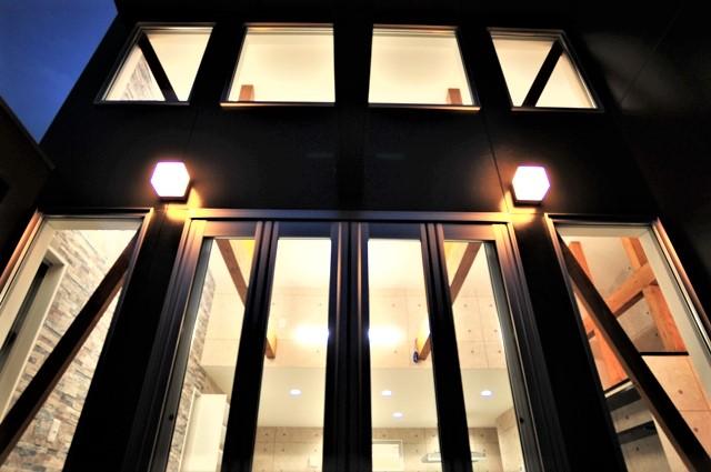 滋賀県 大津市 ルーフバルコニー おしゃれ かっこいい デザイン 注文住宅 大きな窓 全開口サッシ リビングテラス ウッドデッキ