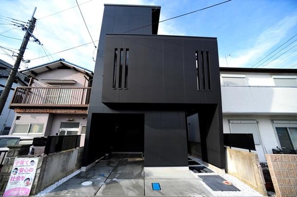 敷地約24坪の狭小地に木造3階建のシンプルモダンな注文住宅