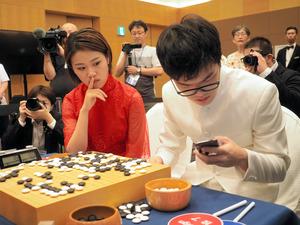 【以後スマホ禁止な】囲碁界がスマホ規制 超人的な棋力を持つAIの設計図公開で反対論一転 10月1日からは対局前にロッカーに