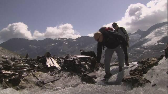 【猛暑のスイス】とけたアルプス山脈の氷河から、72年前のアメリカ軍の輸送機「C-53」の残骸が姿を現す スイス軍が機体を回収