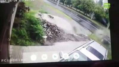【危機一髪!】スリップした車から人が・・・
