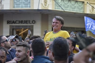 【衝撃!】ブラジル大統領候補が刺された瞬間映像!(観覧注意!)