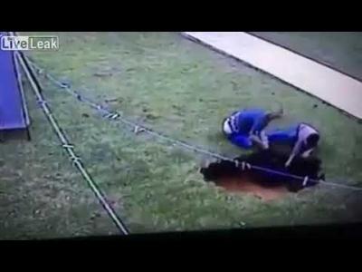 【衝撃!】シンクホール付近で遊んでた子供が落ちた・・・