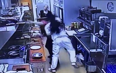 【苦笑】客が女性従業員を殴って重症を負わせた・・・