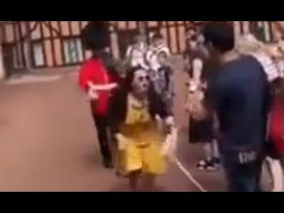 【スカッとワールド!】イギリス近衛兵の行進を邪魔した中国女性に蹴りっ!Yes!