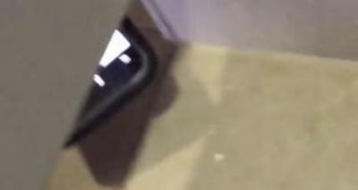 【衝撃!】女性がトイレ盗撮の瞬間を捉えた!