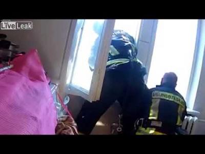 【危機一髪!】飛び降りた女性をレスキューがキャッチ!(瞬間映像)