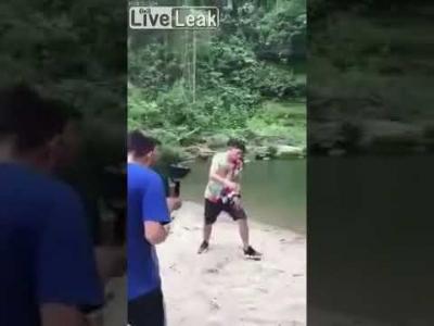 【衝撃!】ミュージックビデオ撮影中に滝から落ちて死亡・・・