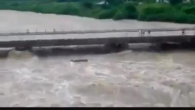 【危機一髪!】濁流に橋が・・・危機一髪の瞬間映像!
