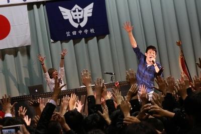 【芸能人サプライズ(学校編)】ファンキー加藤が笠田中学卒業式にサプライズ登場!