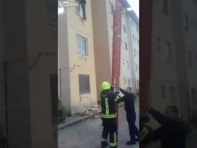 【苦笑】何してんだよこの消防士!