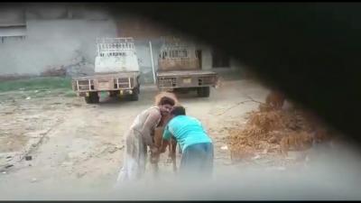 【スゴイ!】車の陰から襲われた牛と戦う男!スゴイ!
