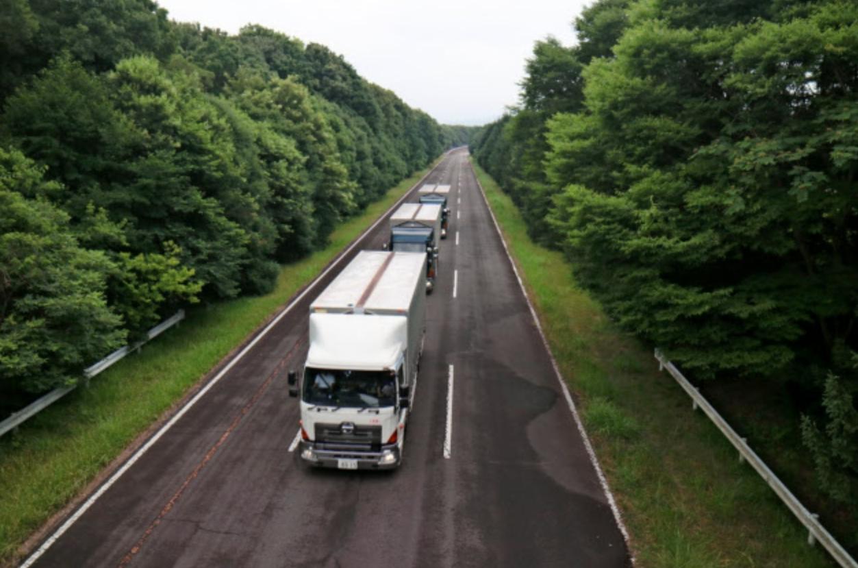 有人先頭トラックと無人後続車両