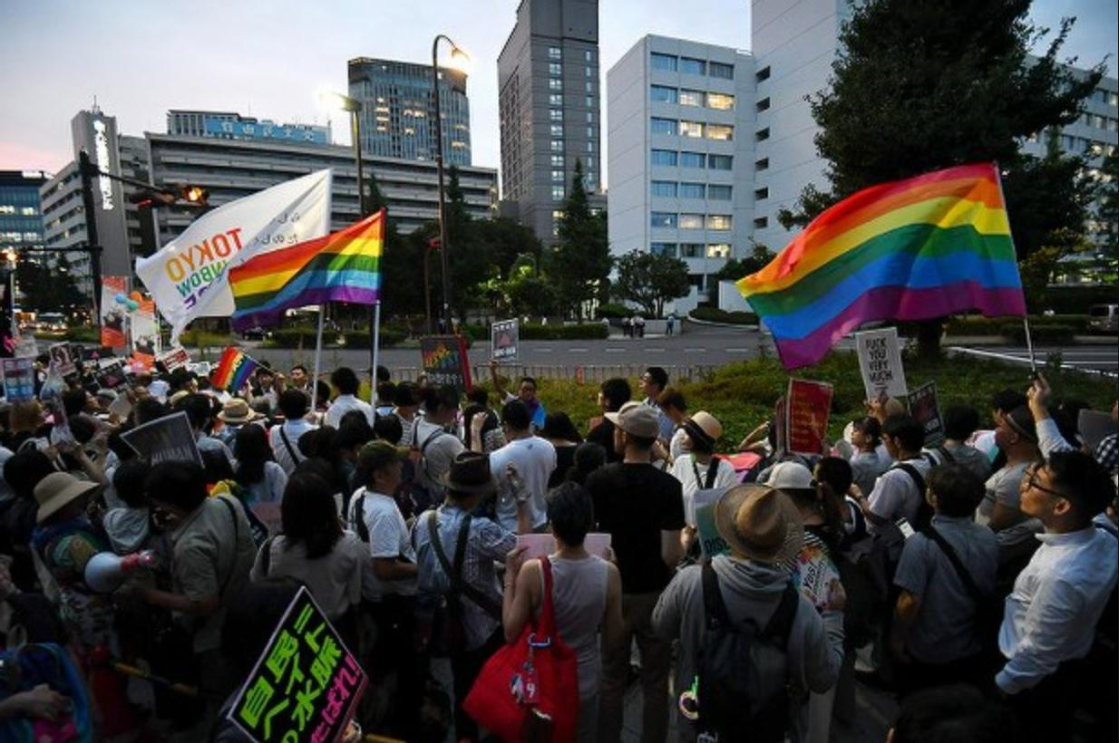 杉田LGBT寄稿問題で自民党本部前で抗議する人たち