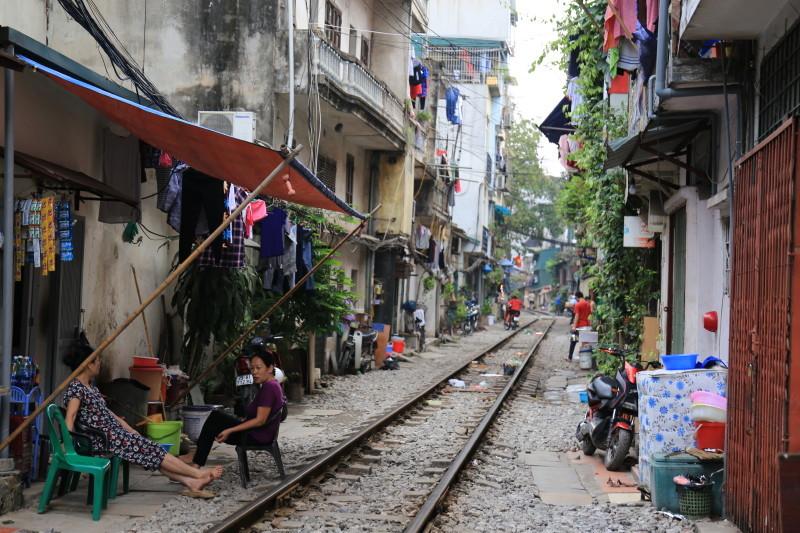 ベトナム 線路 歩く