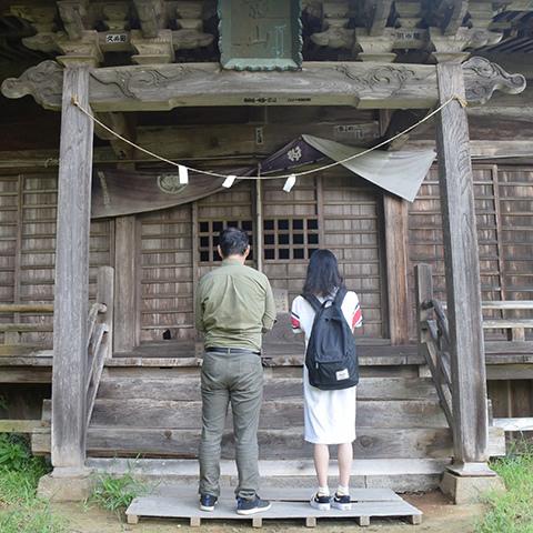 蚕影神社にお参りする