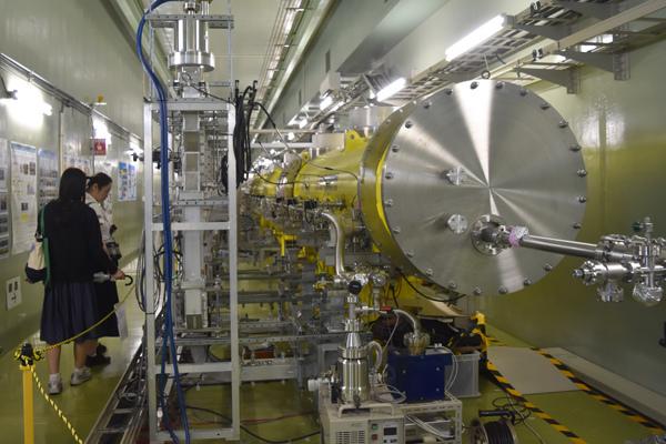試験中の超伝導ユニット(中に9セル空洞が入っている)
