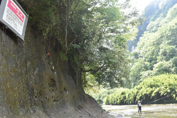 アユ釣りの人がいる養老川沿い「チバニアン」断層(千葉県市原市)