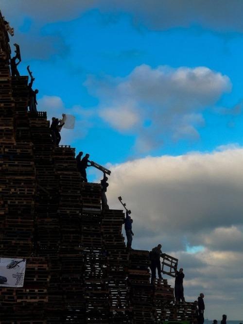 木製パレットをビルのように積む!オランダの焚き火のイベントが凄すぎる!の画像(5枚目)