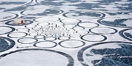 凍った池に無数のワッカを作る人の画像(1枚目)