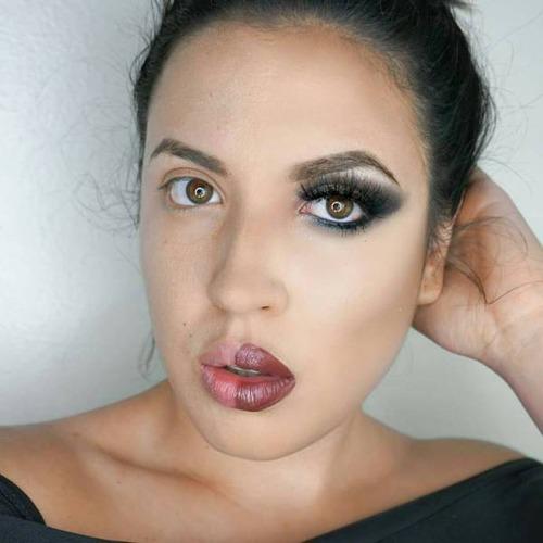 女性の化粧をする前と後の画像(21枚目)