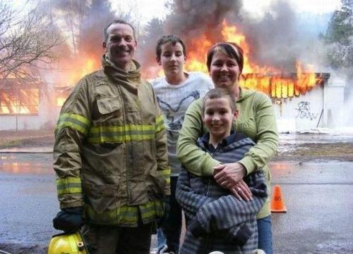 もうお手上げ!火事をバックに記念撮影してる画像の数々!!の画像(10枚目)