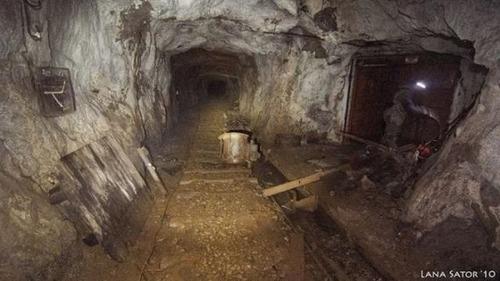 小さな小屋の床下に巨大な洞窟の画像(20枚目)
