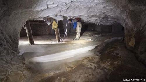 小さな小屋の床下に巨大な洞窟の画像(12枚目)