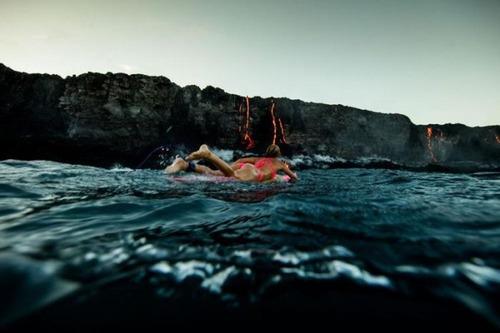 溶岩が流れ込む海岸でサーフィンの画像(9枚目)