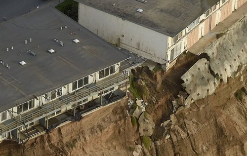 【画像】海沿いの崖が崩れて崩落中のカリフォルニアの町が怖すぎる!!の画像(4枚目)