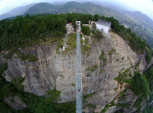 中国に床がガラスでできた高さ180m長さ300m釣り橋が建設されてるwwwwの画像(2枚目)