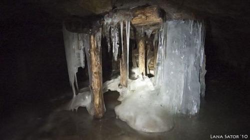 小さな小屋の床下に巨大な洞窟の画像(10枚目)