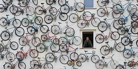 自転車を無数に壁に貼り付けた家の画像(1枚目)