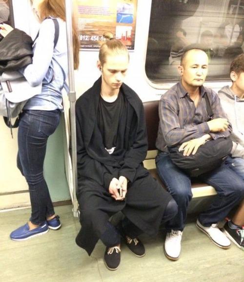 電車や駅で見かけた変った人達の画像(23枚目)